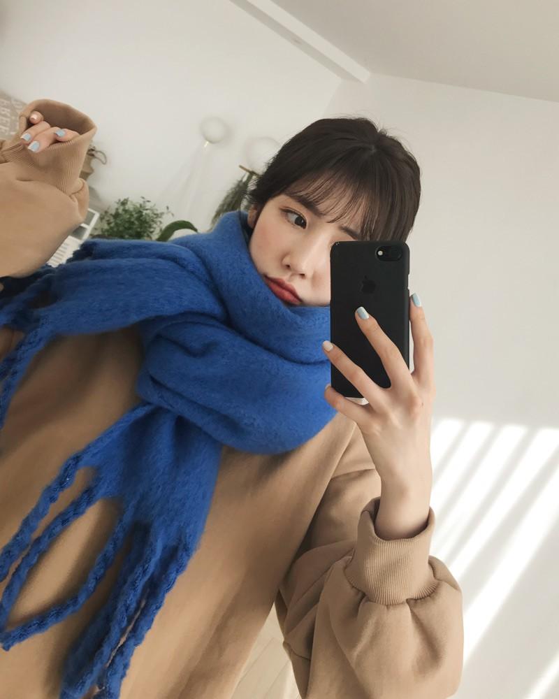 Trời rét thế này ra đường không thể thiếu khăn quàng, và đây là 4 kiểu khăn mốt nhất mà bạn nên sắm - Ảnh 6.