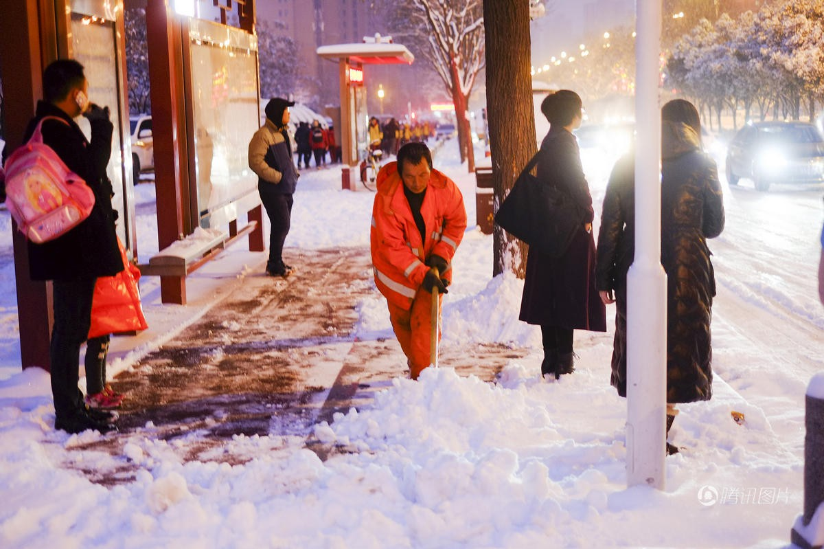 Cảnh tượng lạnh đầy khắc nghiệt tại Trung Quốc: Chị em phụ nữ quấn chăn, bịt kín lái xe máy đi làm - Ảnh 2.