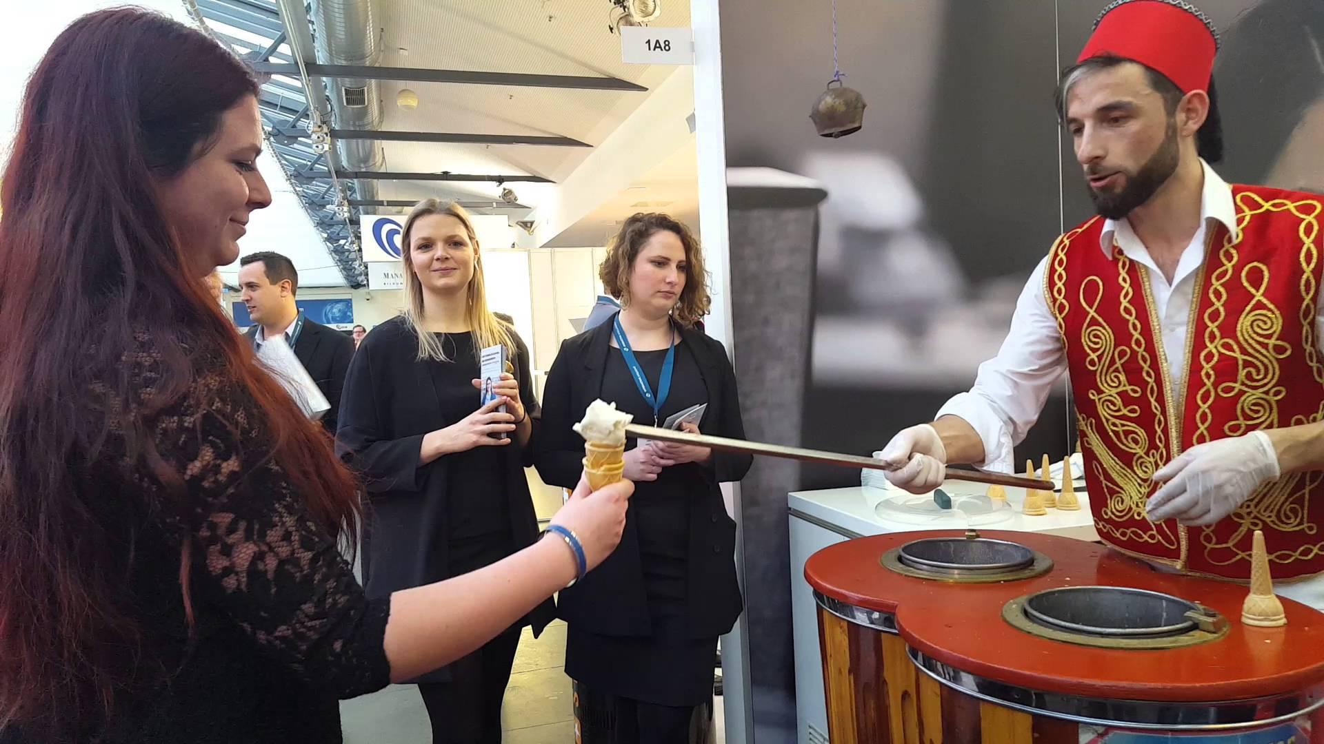 Ở Thổ Nhĩ Kỳ có một loại kem phải dùng đến dao để chặt thì mới lấy kem ăn được - Ảnh 6.