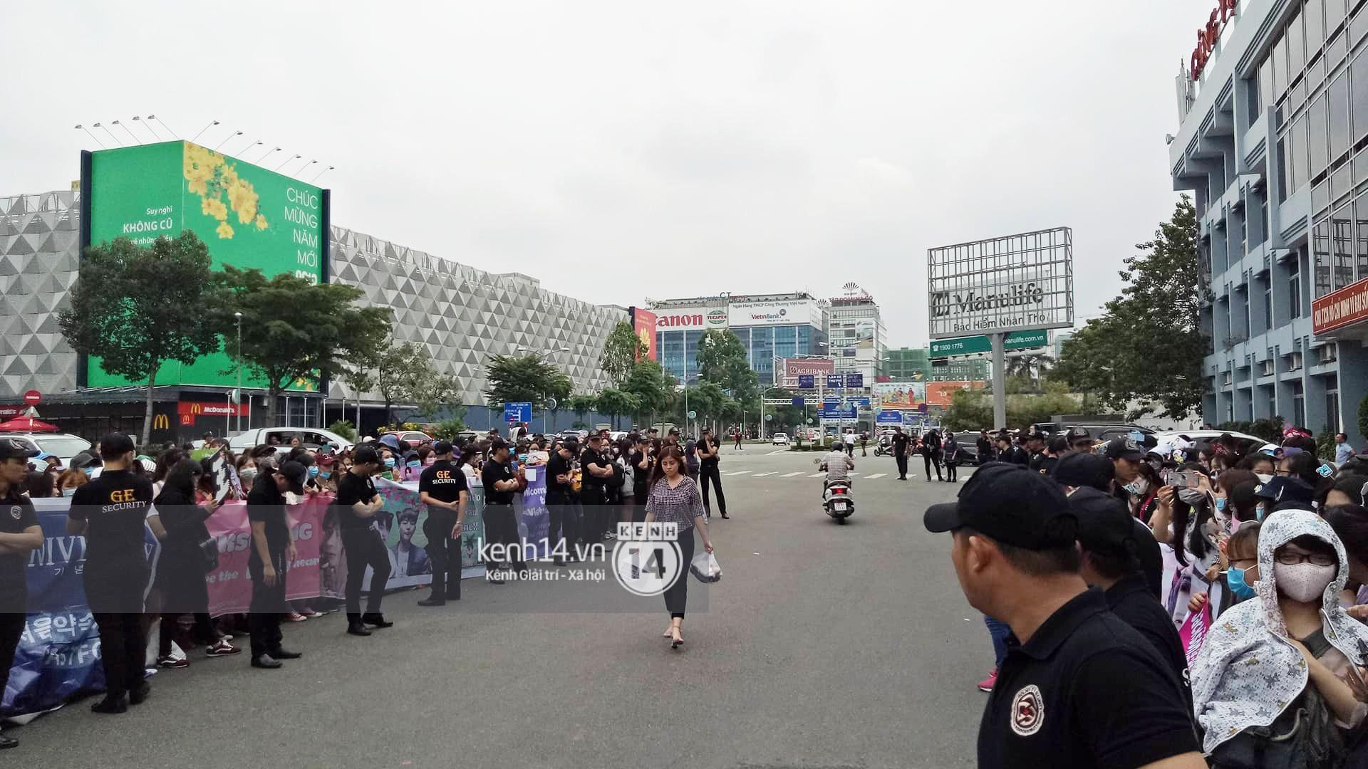 GOT7 cố vẫy chào tại sân bay Tân Sơn Nhất dù trời mưa to, fan Việt gây bất ngờ khi giữ thành hàng ngay ngắn chờ thần tượng - Ảnh 18.