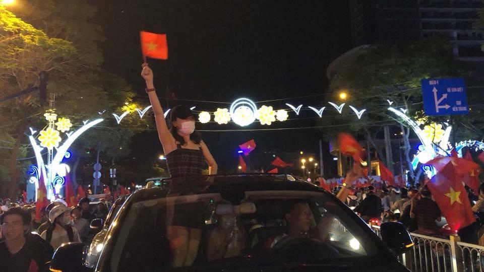 """Giữ đúng lời hứa với fans, Mỹ Tâm xuống đường """"đi bão"""" ăn mừng chiến thắng của U23 Việt Nam - Ảnh 1."""