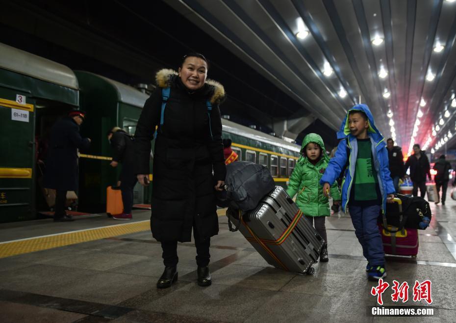 Muôn vàn cảm xúc của hàng triệu người dân Trung Quốc trong cuộc đại di cư về quê ăn Tết lớn nhất năm - Ảnh 2.