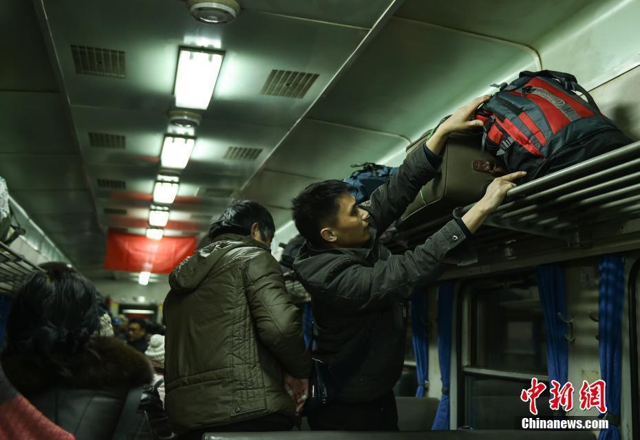 Muôn vàn cảm xúc của hàng triệu người dân Trung Quốc trong cuộc đại di cư về quê ăn Tết lớn nhất năm - Ảnh 3.
