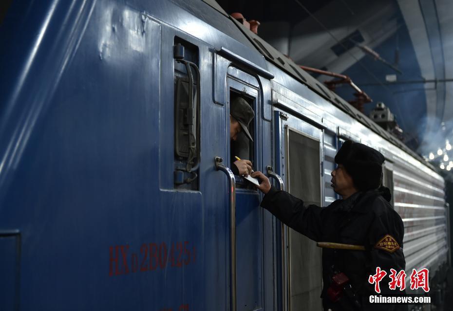 Muôn vàn cảm xúc của hàng triệu người dân Trung Quốc trong cuộc đại di cư về quê ăn Tết lớn nhất năm - Ảnh 4.