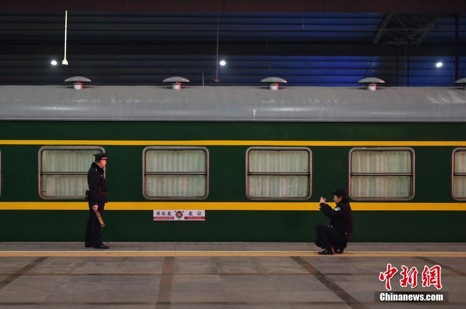 Muôn vàn cảm xúc của hàng triệu người dân Trung Quốc trong cuộc đại di cư về quê ăn Tết lớn nhất năm - Ảnh 5.