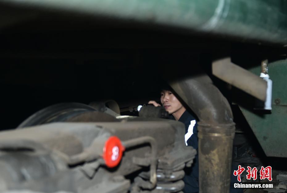 Muôn vàn cảm xúc của hàng triệu người dân Trung Quốc trong cuộc đại di cư về quê ăn Tết lớn nhất năm - Ảnh 6.