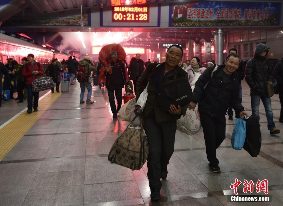 Muôn vàn cảm xúc của hàng triệu người dân Trung Quốc trong cuộc đại di cư về quê ăn Tết lớn nhất năm - Ảnh 7.