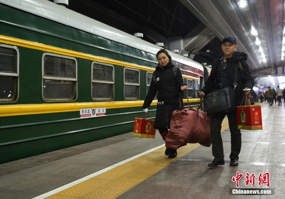 Muôn vàn cảm xúc của hàng triệu người dân Trung Quốc trong cuộc đại di cư về quê ăn Tết lớn nhất năm - Ảnh 8.