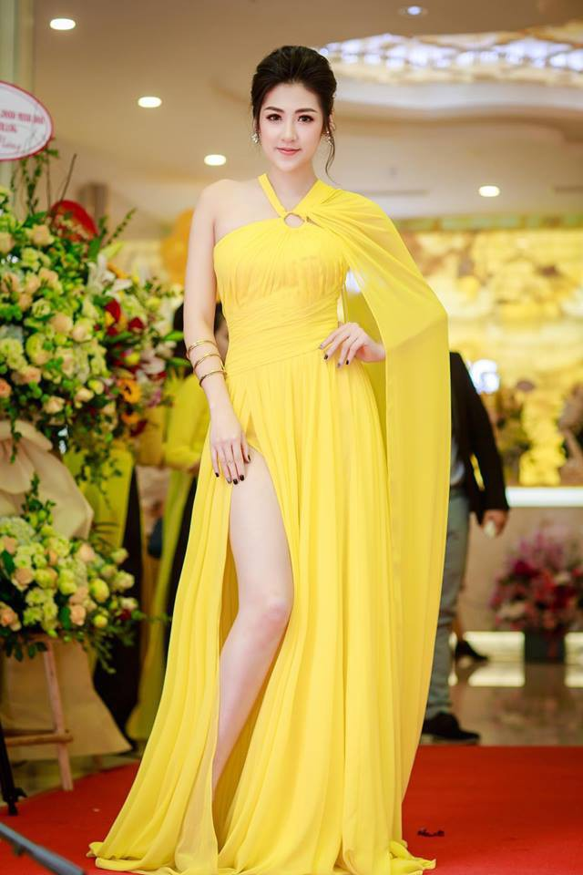 Phạm Hương và Dương Tú Anh cùng mặc chung một thiết kế, ai cũng đẹp nhưng thần thái mới là thứ quyết định tất cả - Ảnh 1.