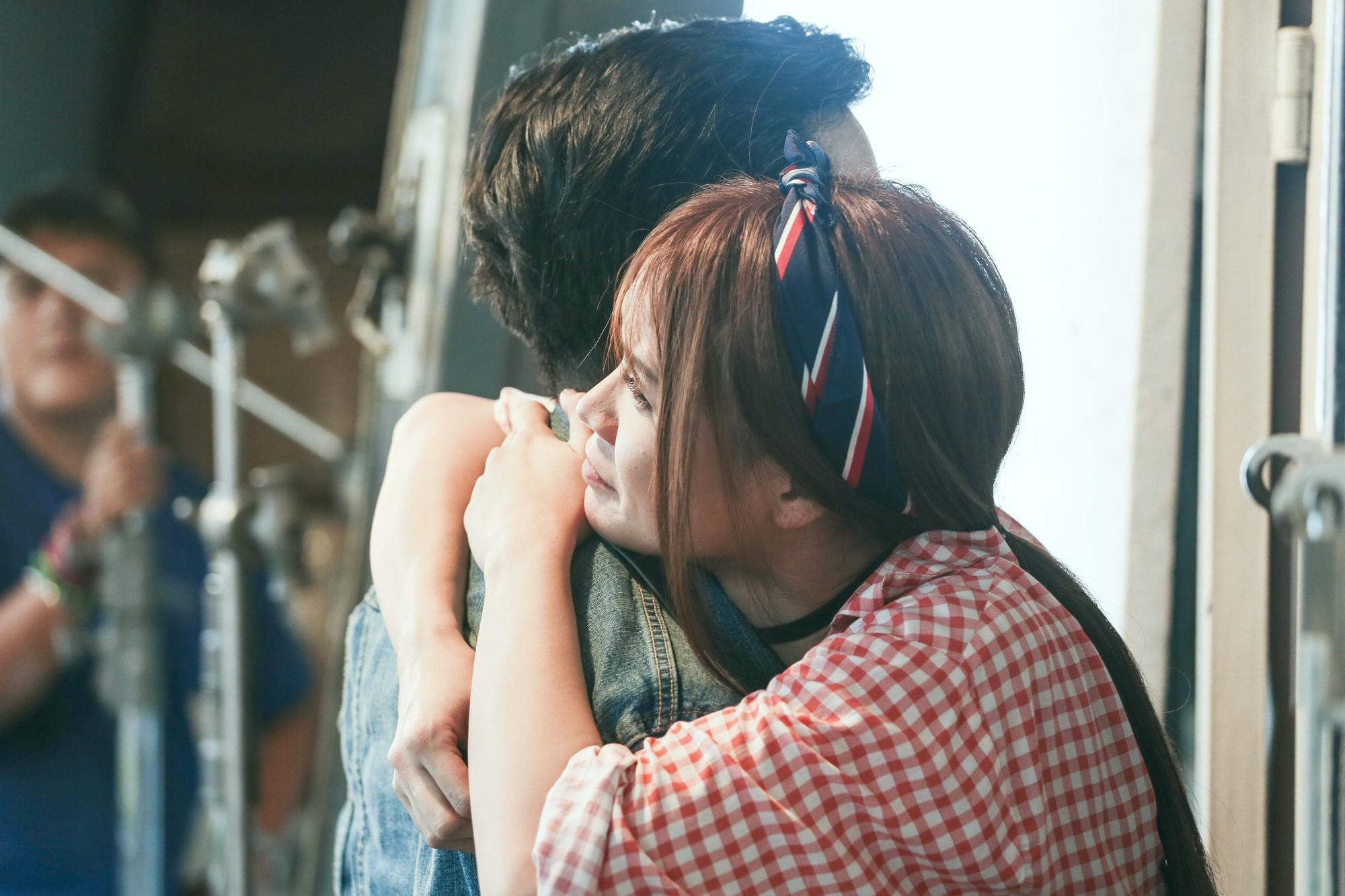 Vụ cầu hôn Nhã Phương chưa nguội, Trường Giang bị Sam cưỡng hôn trong phim chiếu Tết - Ảnh 3.
