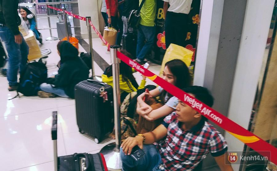 Hành khách phát khóc vì đi máy bay Tết còn khổ hơn xe đò: dăm lần bảy lượt delay, vạ vật cả ngày đợi chờ mòn mỏi - Ảnh 3.