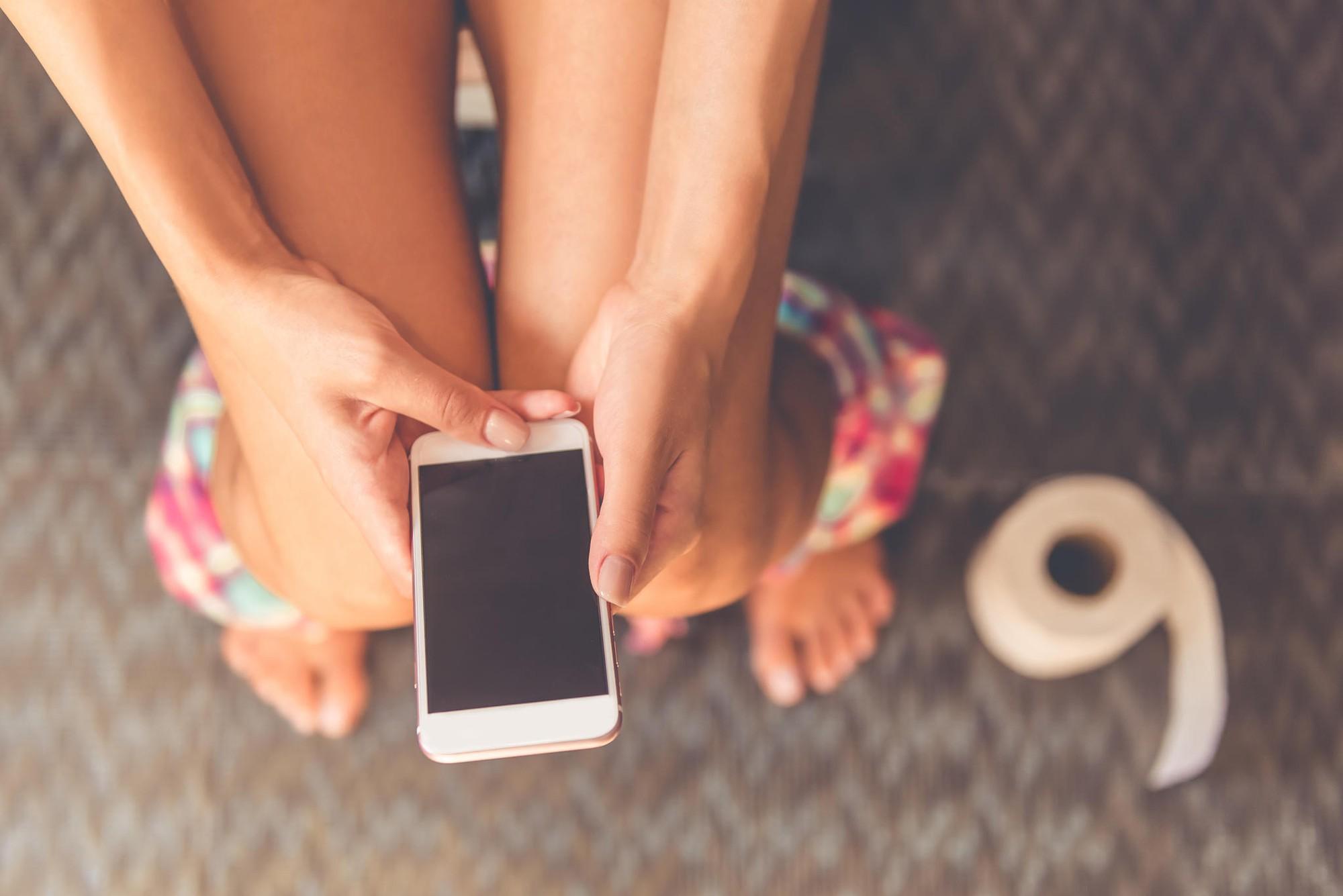Dùng điện thoại khi đi vệ sinh, người đàn ông ở Trung Quốc bị lòi cả trực tràng ra ngoài 4