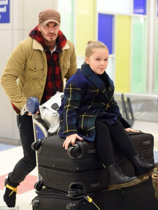 Bé Harper Beckham tươi cười lộ cả răng sún cực xinh khi xuất hiện bên bố tại sân bay - Ảnh 4.