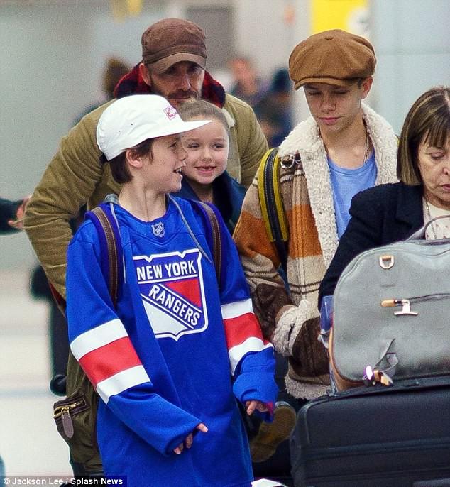 Bé Harper Beckham tươi cười lộ cả răng sún cực xinh khi xuất hiện bên bố tại sân bay - Ảnh 3.