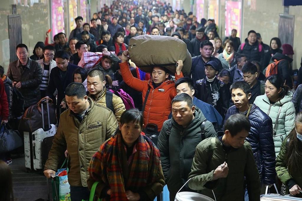 Lẫn trong niềm hân hoan về quê ăn Tết, còn bao nỗi buồn và nước mắt mỗi mùa Xuân vận Trung Quốc - Ảnh 1.