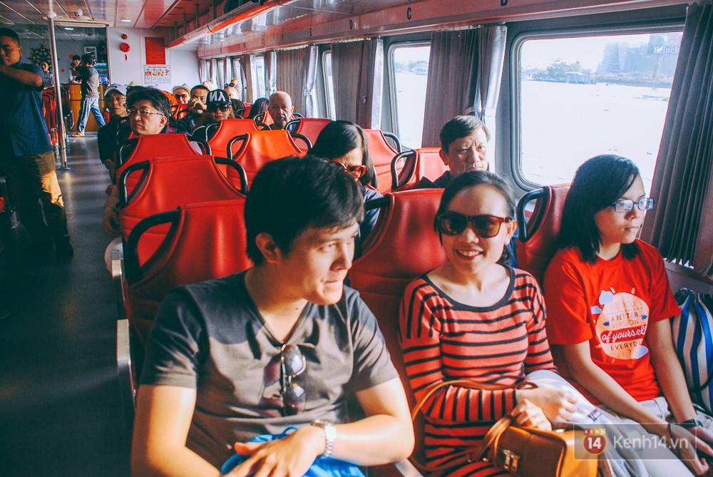 Du khách hào hứng trải nghiệm tàu du lịch hiện đại nhất Việt Nam.