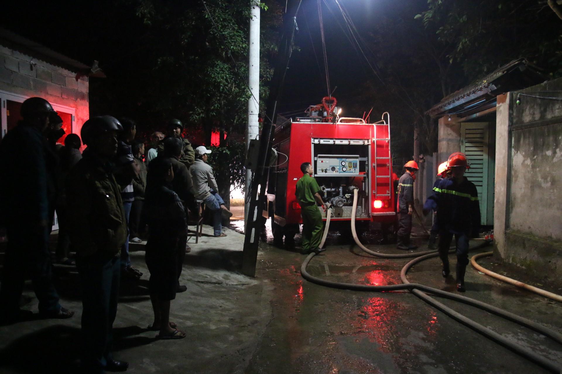 Đà Nẵng: Cháy lớn tại xưởng gỗ, hàng trăm cảnh sát PCCC được huy động dập lửa - Ảnh 1.