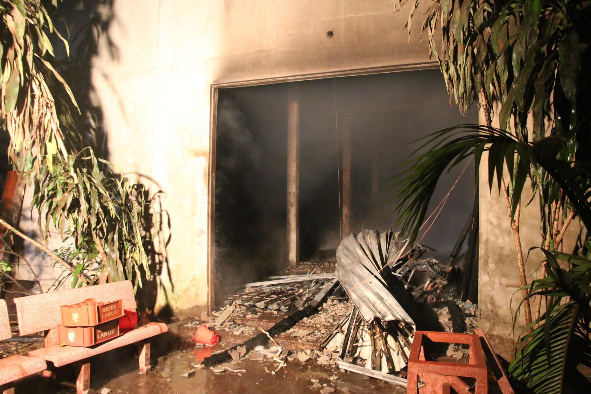 Đà Nẵng: Cháy lớn tại xưởng gỗ, hàng trăm cảnh sát PCCC được huy động dập lửa - Ảnh 2.