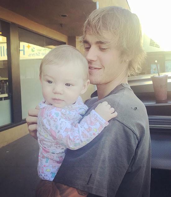 Chưa lên chức bố, nhưng Justin Bieber đã đốn tim fan với hình ảnh bế em bé đáng yêu - Ảnh 4.