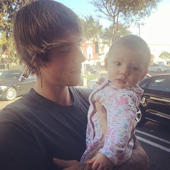 Chưa lên chức bố, nhưng Justin Bieber đã đốn tim fan với hình ảnh bế em bé đáng yêu - Ảnh 5.
