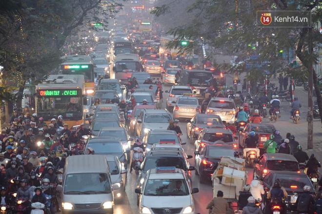 Hà Nội: Tắc nghẽn kinh hoàng làm tê liệt nhiều tuyến đường ngày cận Tết 6