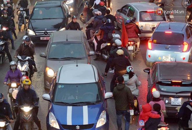 Hà Nội: Tắc nghẽn kinh hoàng làm tê liệt nhiều tuyến đường ngày cận Tết 8