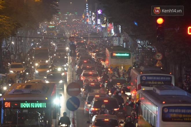Hà Nội: Tắc nghẽn kinh hoàng làm tê liệt nhiều tuyến đường ngày cận Tết 10
