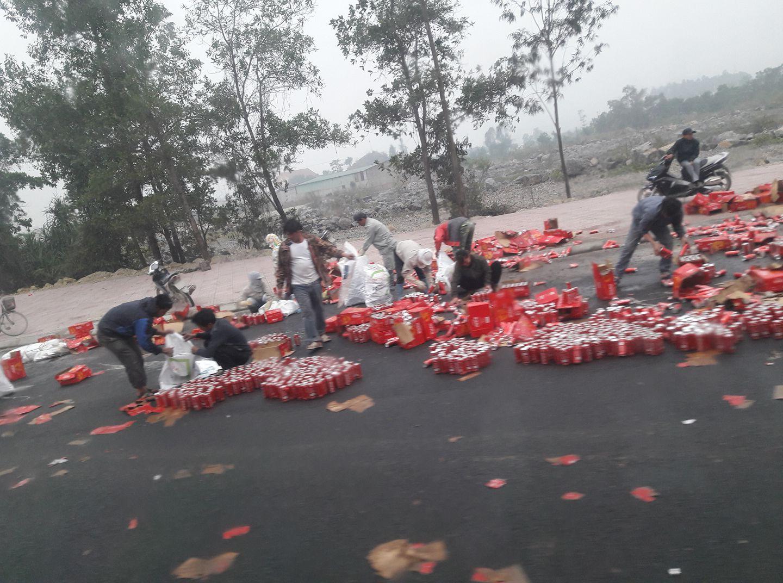 Xe chở nước ngọt gặp nạn ngày giáp Tết, người dân lao vào giúp đỡ tài xế thu dọn - Ảnh 3.