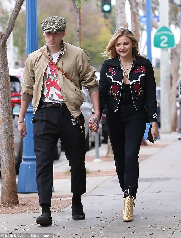 Tình yêu ngọt ngào của Brooklyn Beckham và Chloe Moretz: Được chàng hôn tay, nàng cười đầy hạnh phúc - Ảnh 1.