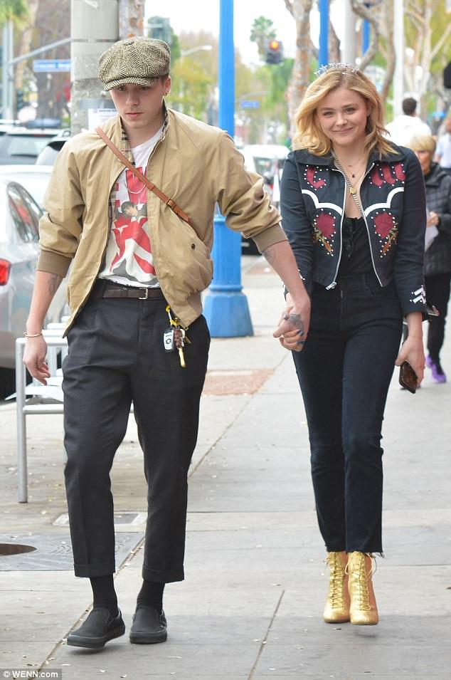 Tình yêu ngọt ngào của Brooklyn Beckham và Chloe Moretz: Được chàng hôn tay, nàng cười đầy hạnh phúc - Ảnh 4.
