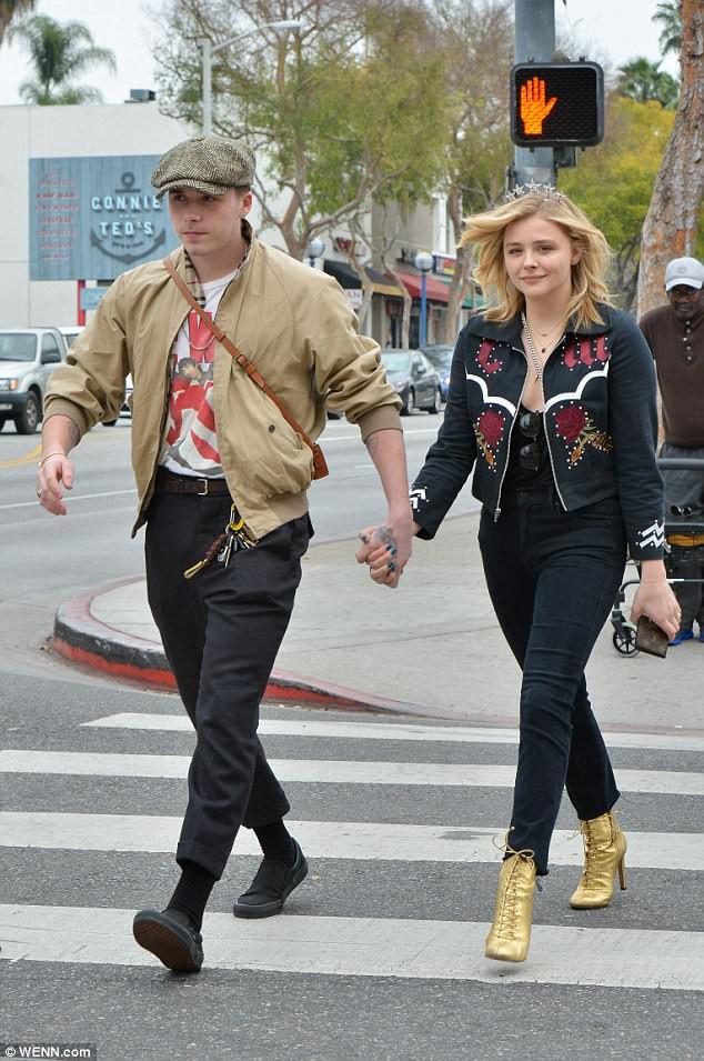 Tình yêu ngọt ngào của Brooklyn Beckham và Chloe Moretz: Được chàng hôn tay, nàng cười đầy hạnh phúc - Ảnh 5.