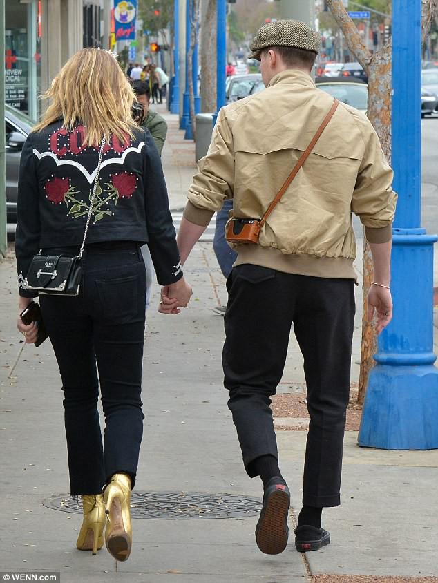 Tình yêu ngọt ngào của Brooklyn Beckham và Chloe Moretz: Được chàng hôn tay, nàng cười đầy hạnh phúc - Ảnh 2.