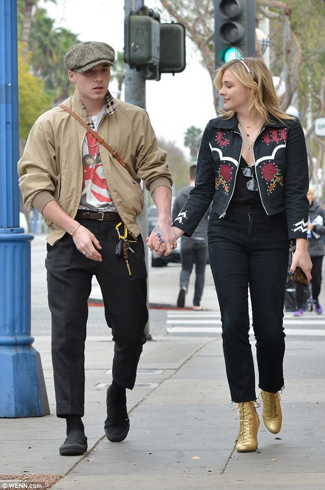 Tình yêu ngọt ngào của Brooklyn Beckham và Chloe Moretz: Được chàng hôn tay, nàng cười đầy hạnh phúc - Ảnh 7.