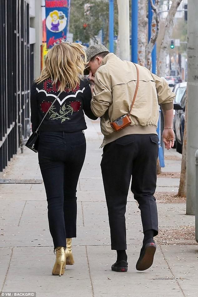 Tình yêu ngọt ngào của Brooklyn Beckham và Chloe Moretz: Được chàng hôn tay, nàng cười đầy hạnh phúc - Ảnh 6.