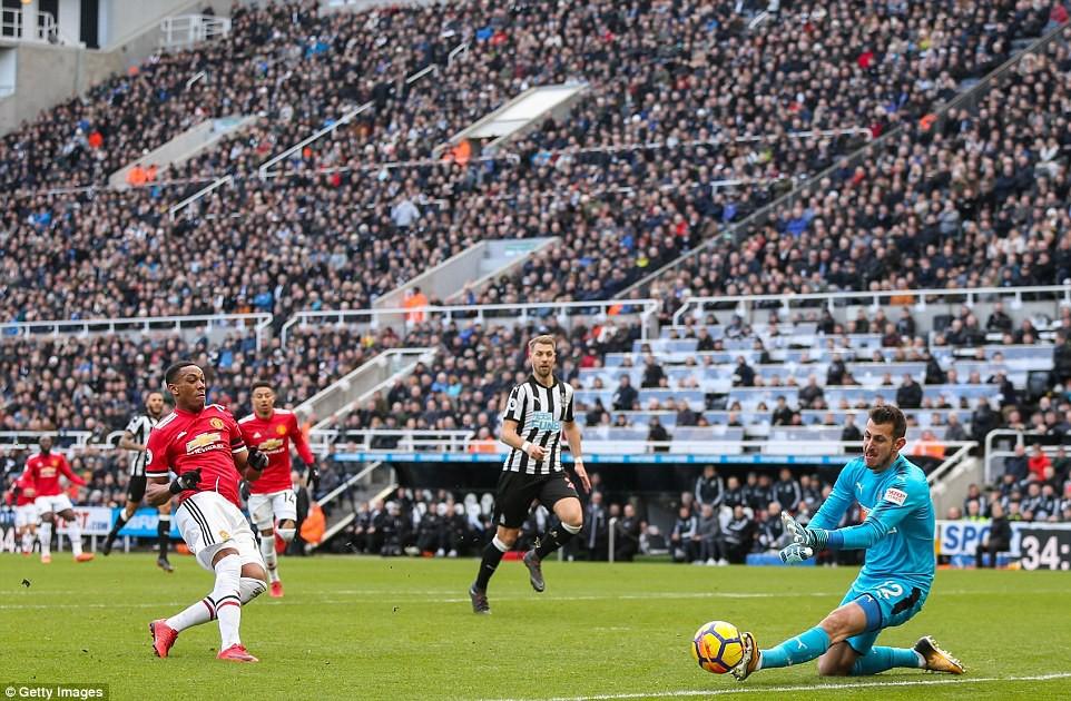 Man Utd thua sốc, để Man City bỏ xa đến 16 điểm - Ảnh 3.