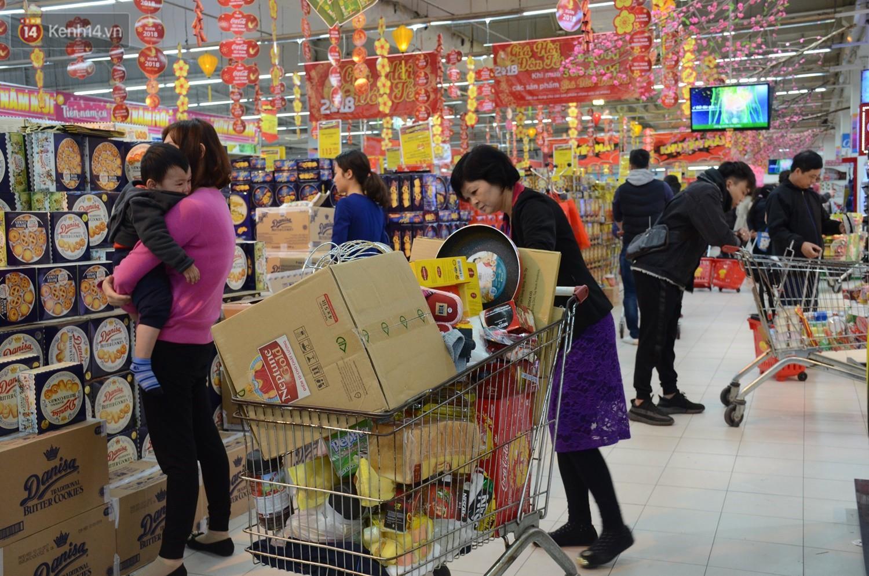 Chùm ảnh: Những ngày cận tết, người dân Hà Nội chen chân trong siêu thị để mua sắm - Ảnh 5.