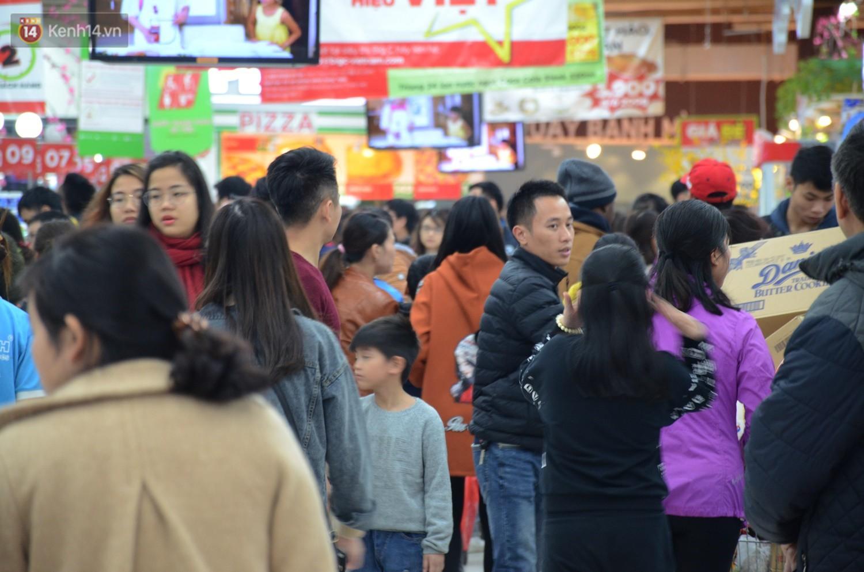 Chùm ảnh: Những ngày cận tết, người dân Hà Nội chen chân trong siêu thị để mua sắm - Ảnh 4.