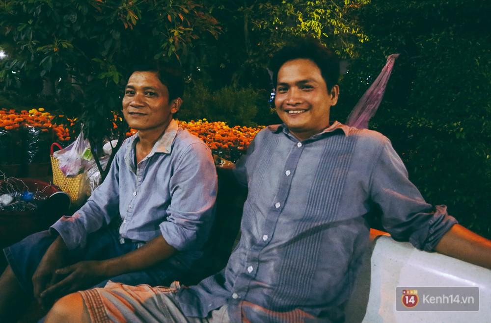 Anh Trinh (trái) và anh Nhu mong muốn người dân thay đổi tâm lý chờ mua hoa vào ngày 30 Tết.