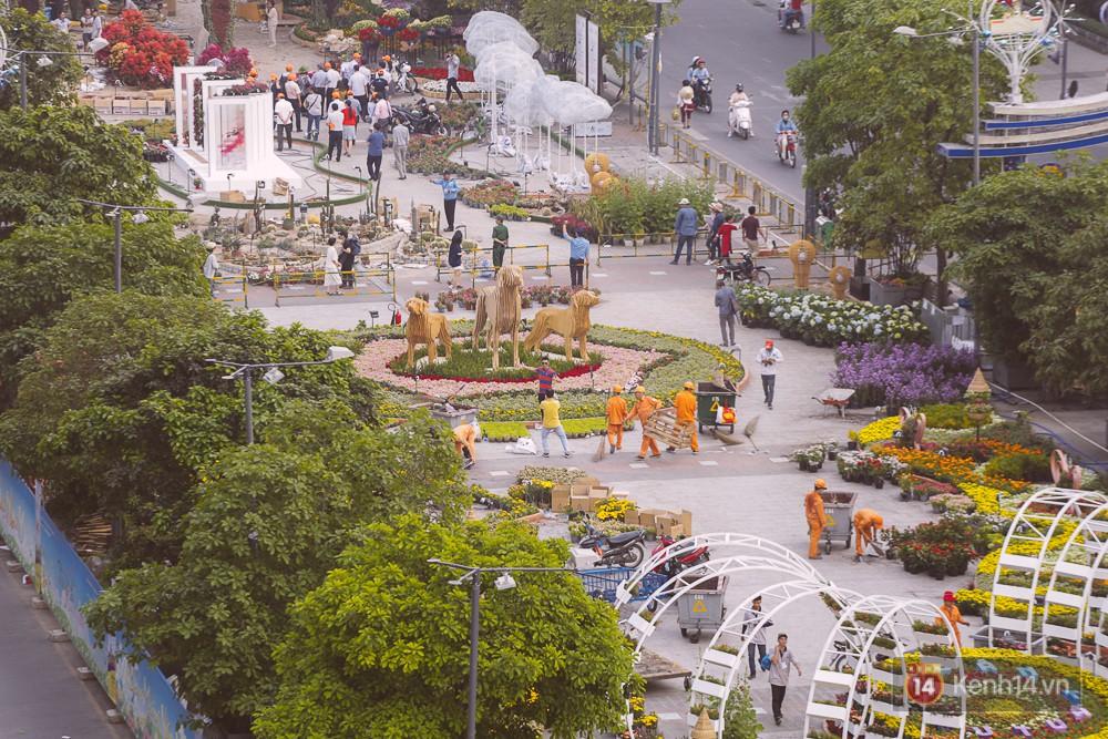 Chùm ảnh: Ngắm đường hoa Nguyễn Huệ đang được gấp rút hoàn thành trước ngày khai mạc - Ảnh 5.