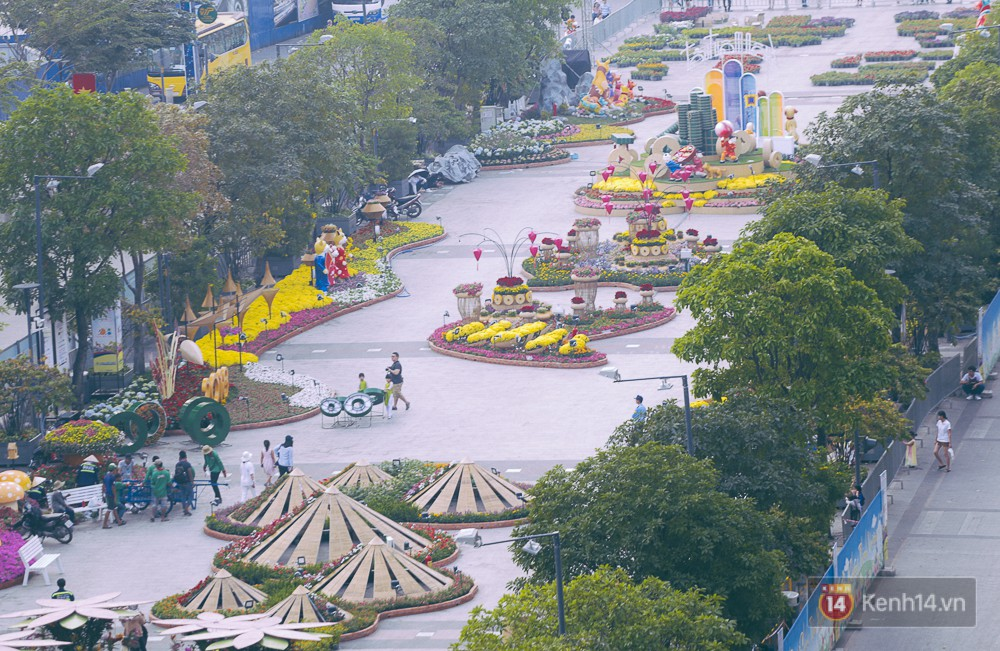 Chùm ảnh: Ngắm đường hoa Nguyễn Huệ đang được gấp rút hoàn thành trước ngày khai mạc - Ảnh 4.