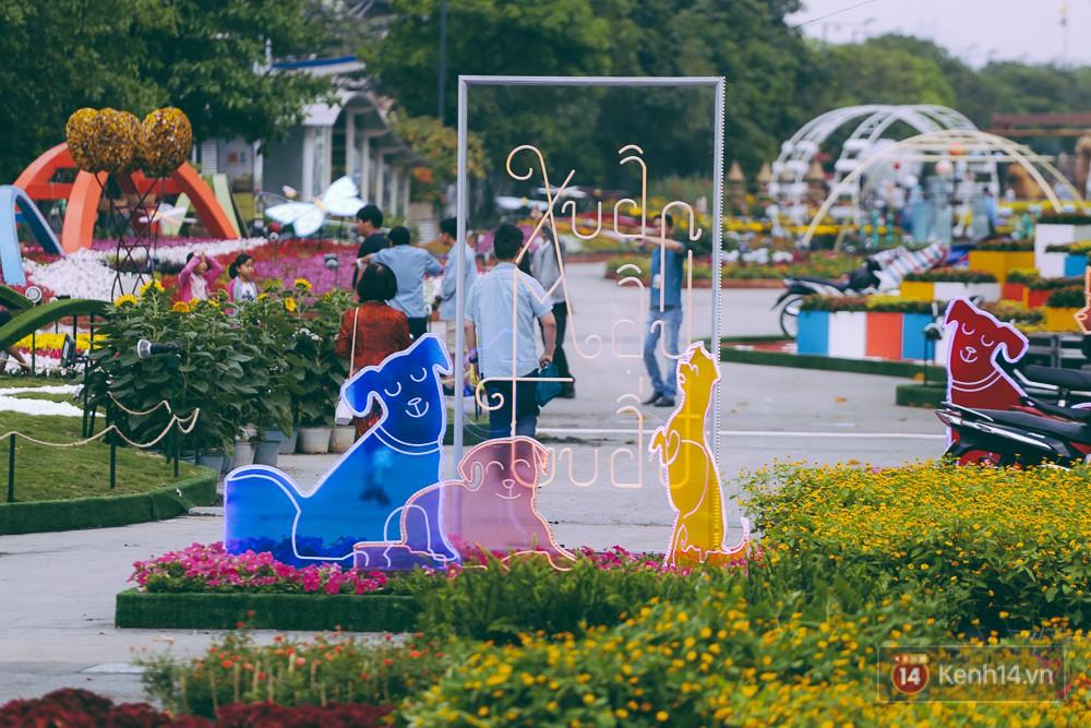 Chùm ảnh: Ngắm đường hoa Nguyễn Huệ đang được gấp rút hoàn thành trước ngày khai mạc - Ảnh 12.