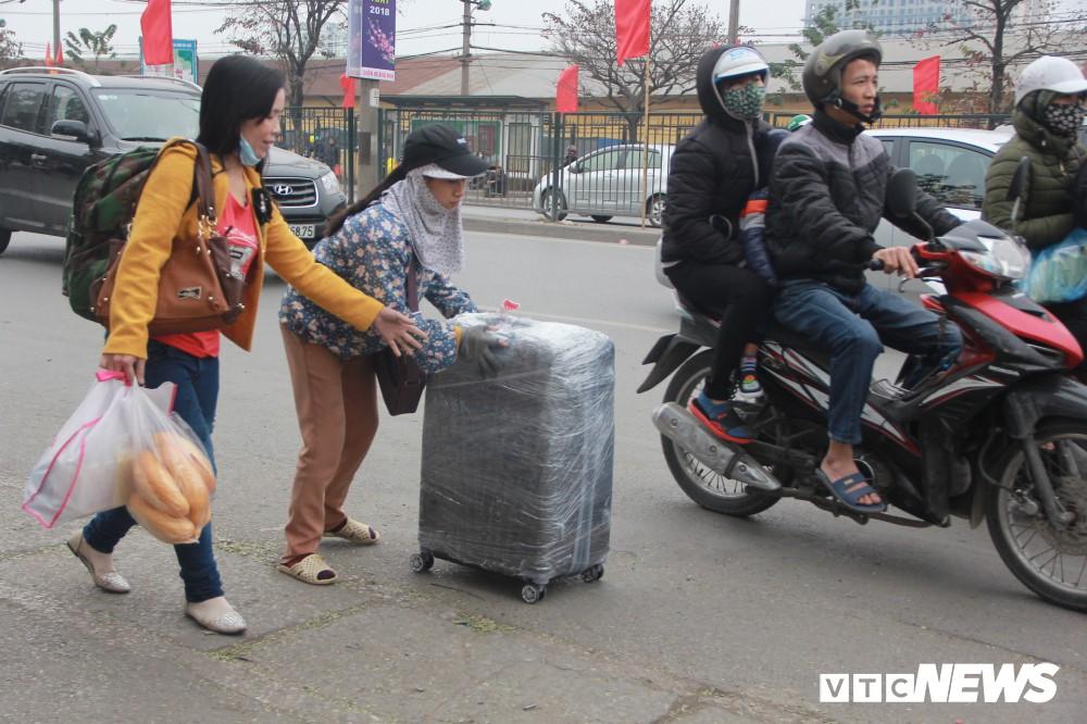 Đẩy vali cho khách kiếm tiền triệu mỗi ngày ở bến xe Giáp Bát - Ảnh 2.