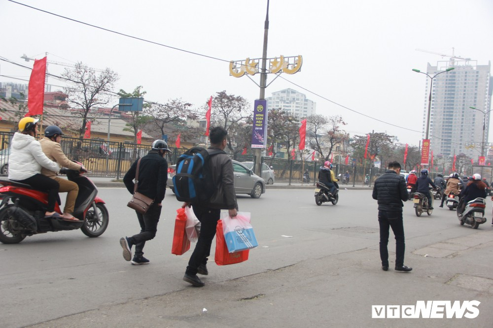 Đẩy vali cho khách kiếm tiền triệu mỗi ngày ở bến xe Giáp Bát - Ảnh 7.