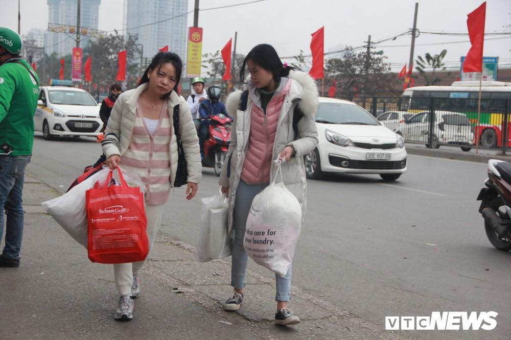 Đẩy vali cho khách kiếm tiền triệu mỗi ngày ở bến xe Giáp Bát - Ảnh 8.