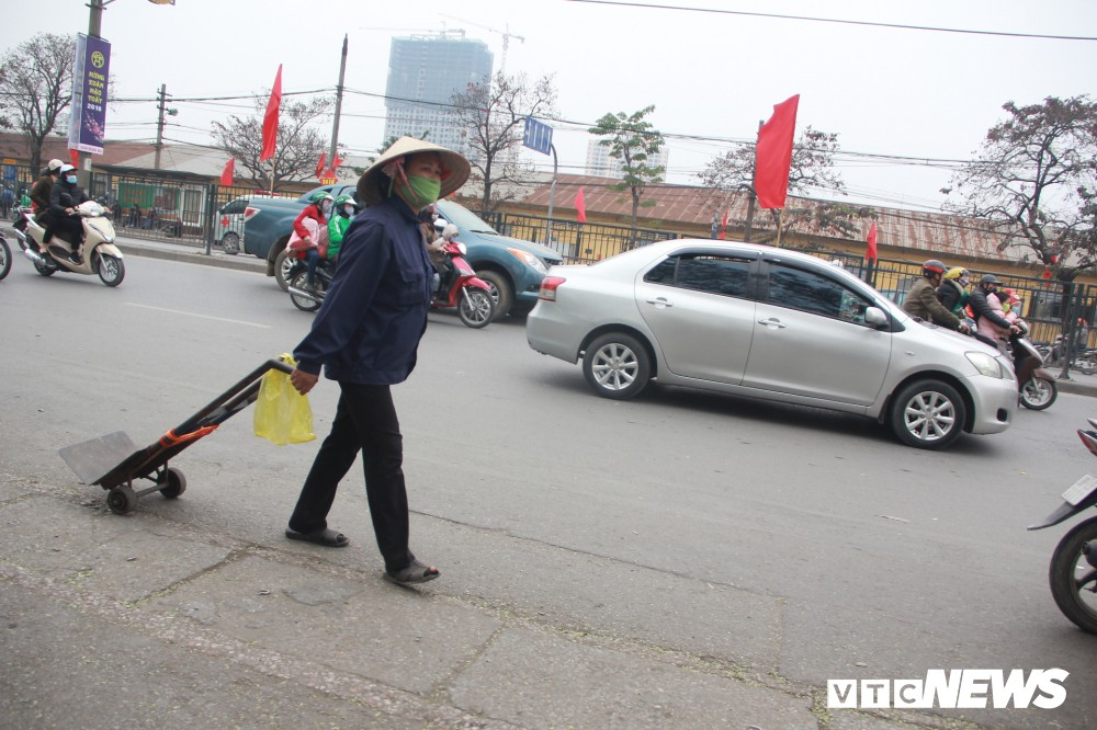 Đẩy vali cho khách kiếm tiền triệu mỗi ngày ở bến xe Giáp Bát - Ảnh 11.