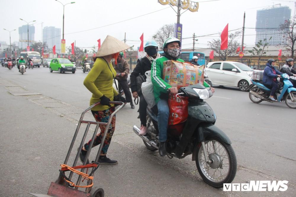 Đẩy vali cho khách kiếm tiền triệu mỗi ngày ở bến xe Giáp Bát - Ảnh 13.