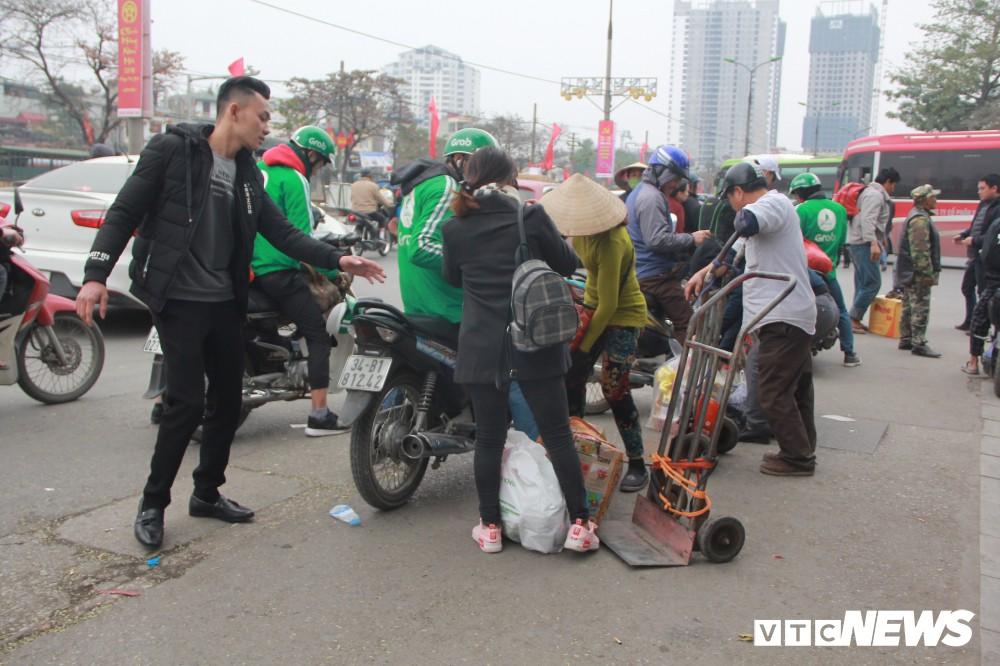 Đẩy vali cho khách kiếm tiền triệu mỗi ngày ở bến xe Giáp Bát - Ảnh 14.