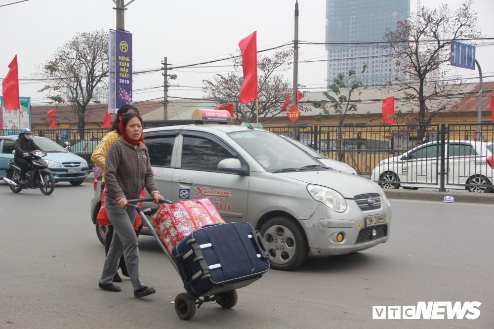 Đẩy vali cho khách kiếm tiền triệu mỗi ngày ở bến xe Giáp Bát - Ảnh 15.