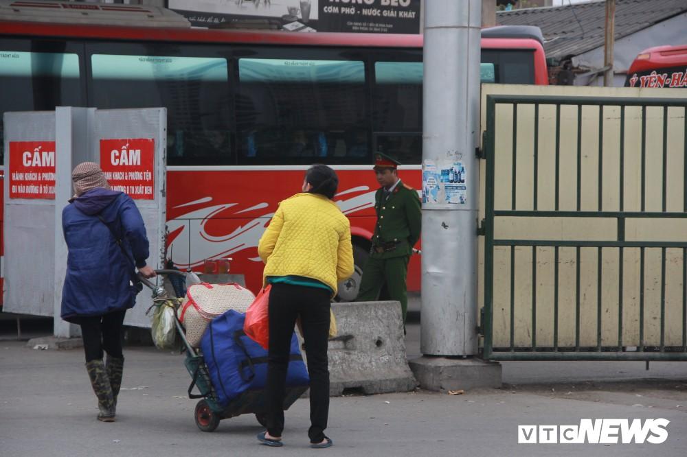 Đẩy vali cho khách kiếm tiền triệu mỗi ngày ở bến xe Giáp Bát - Ảnh 16.