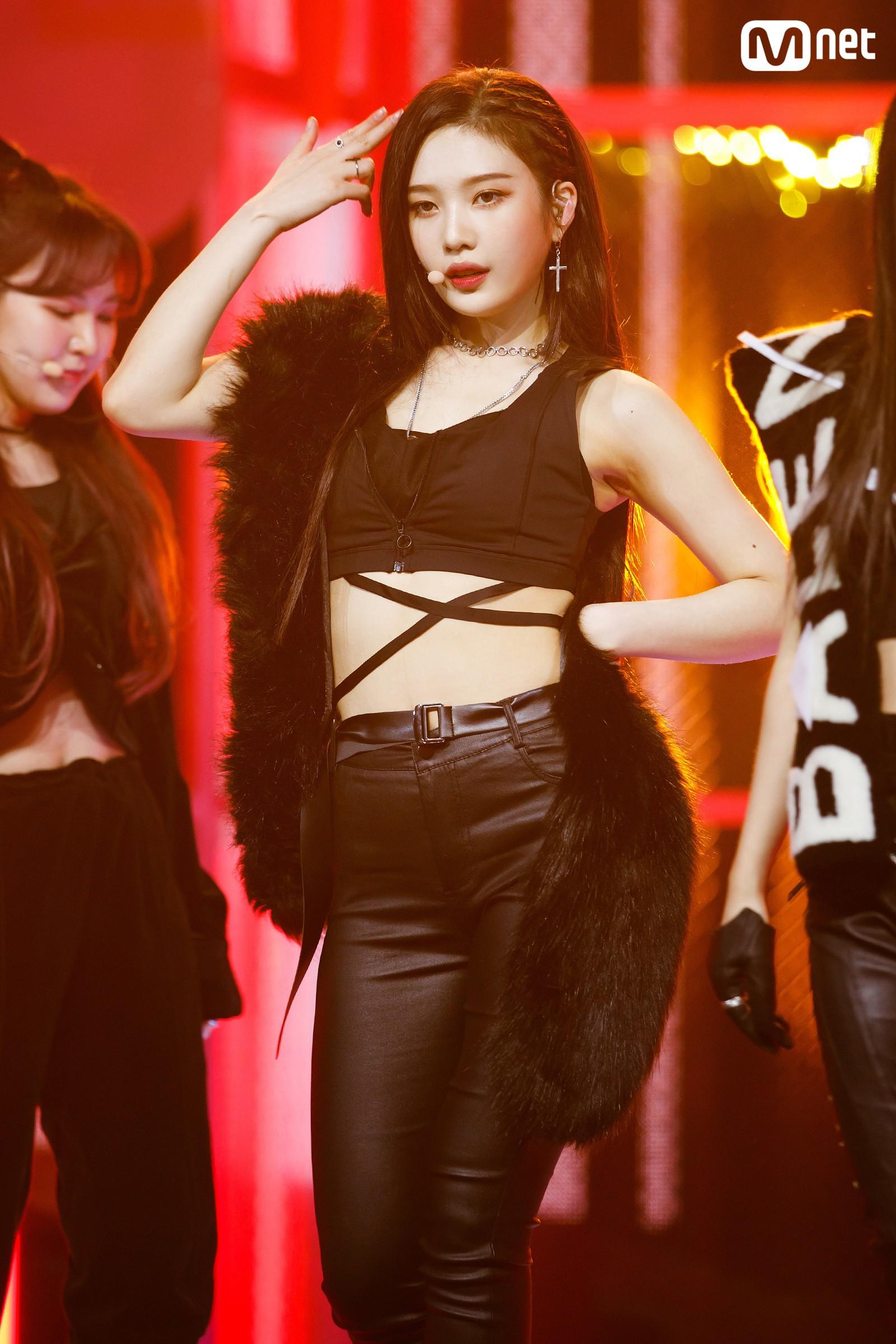 Bất chấp trời lạnh, loạt idol Hàn vẫn sexy hết tầm trên các sân khấu cuối năm - Ảnh 1.